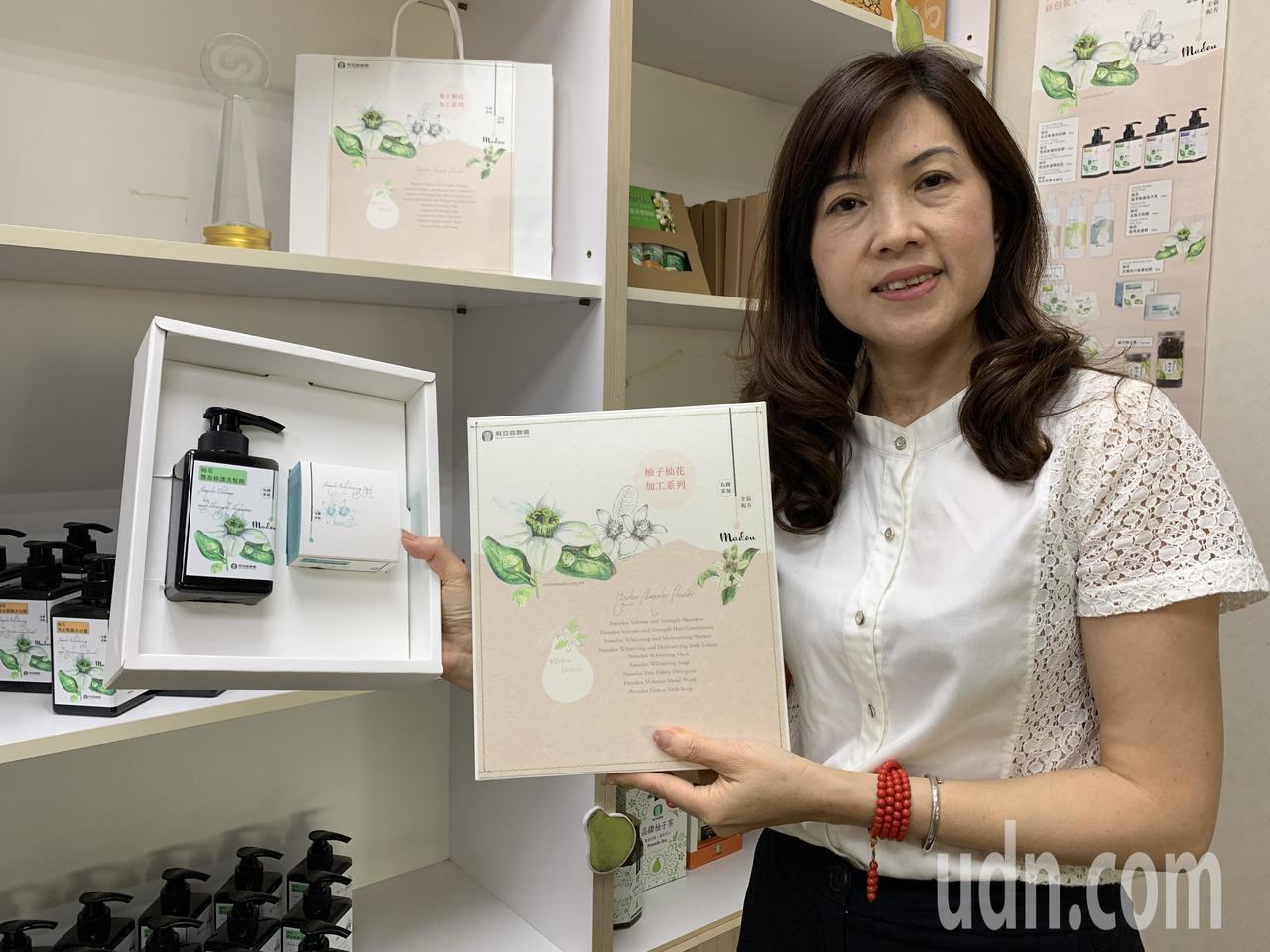 台南麻豆區農會總幹事孫慈敏展示換上時常新包裝的柚花系列產品禮盒。記者吳淑玲/攝影