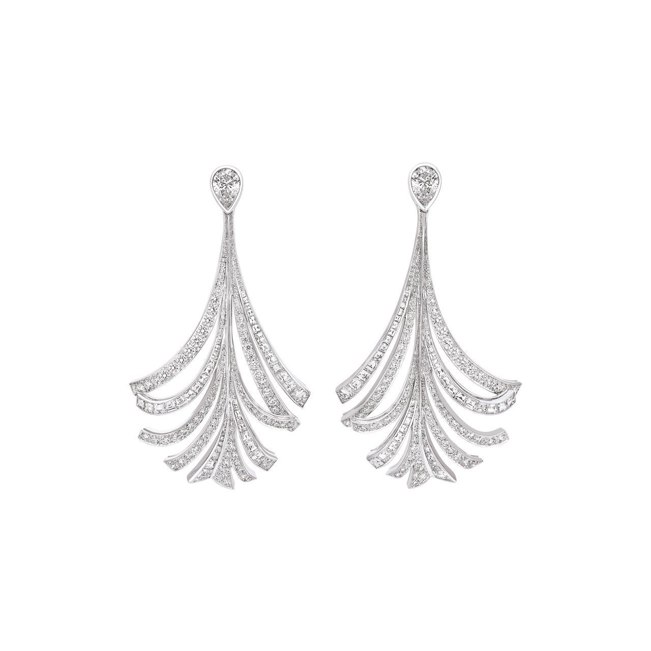 香奈兒品牌大使瑪格羅比配戴的Panache羽飾鑽石耳環,18K白金鑲嵌2顆各1....