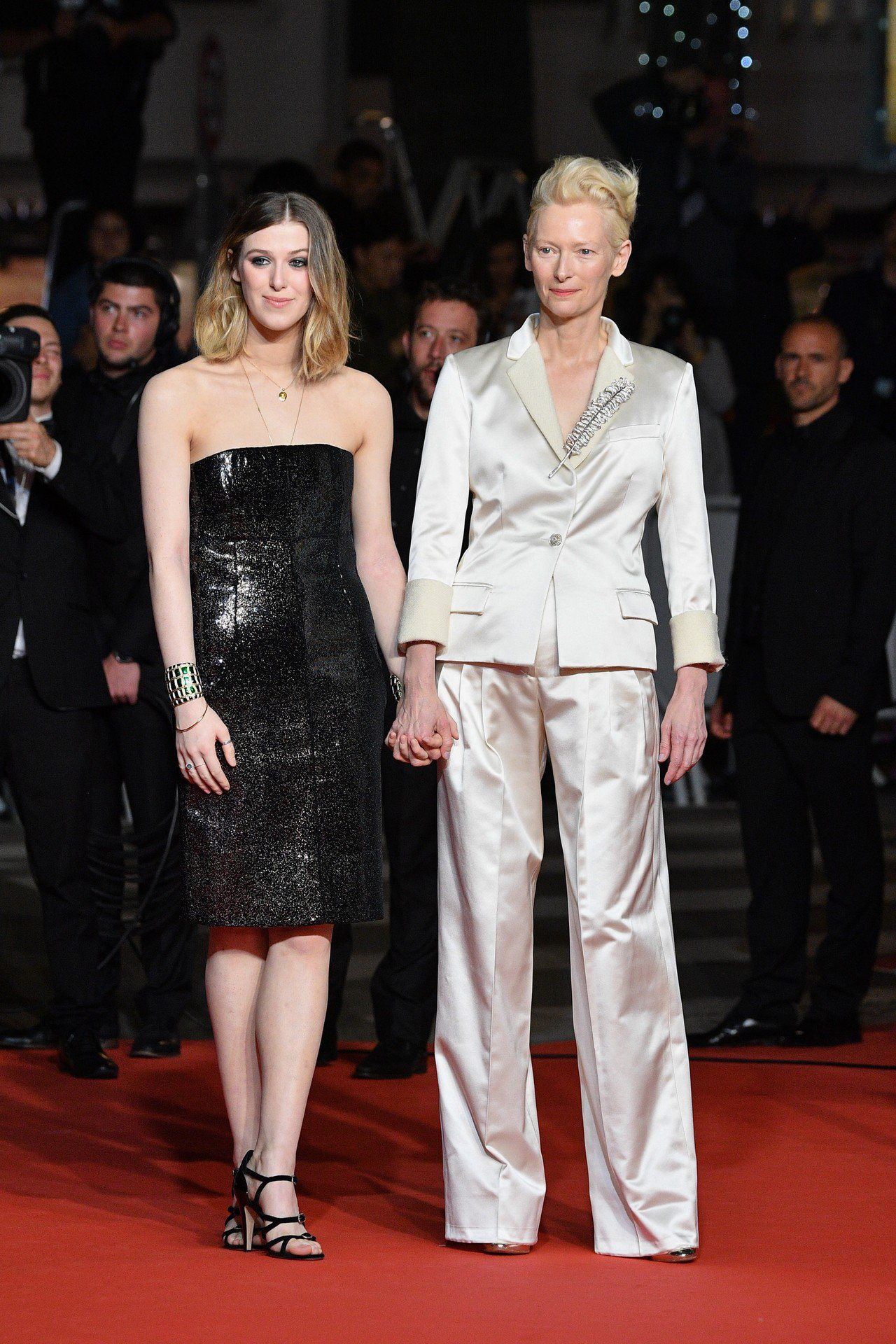 蒂妲史雲頓與女兒出席電影《寄生上流》首映會,穿香奈兒白色絲質羊毛領片西裝、配戴P...