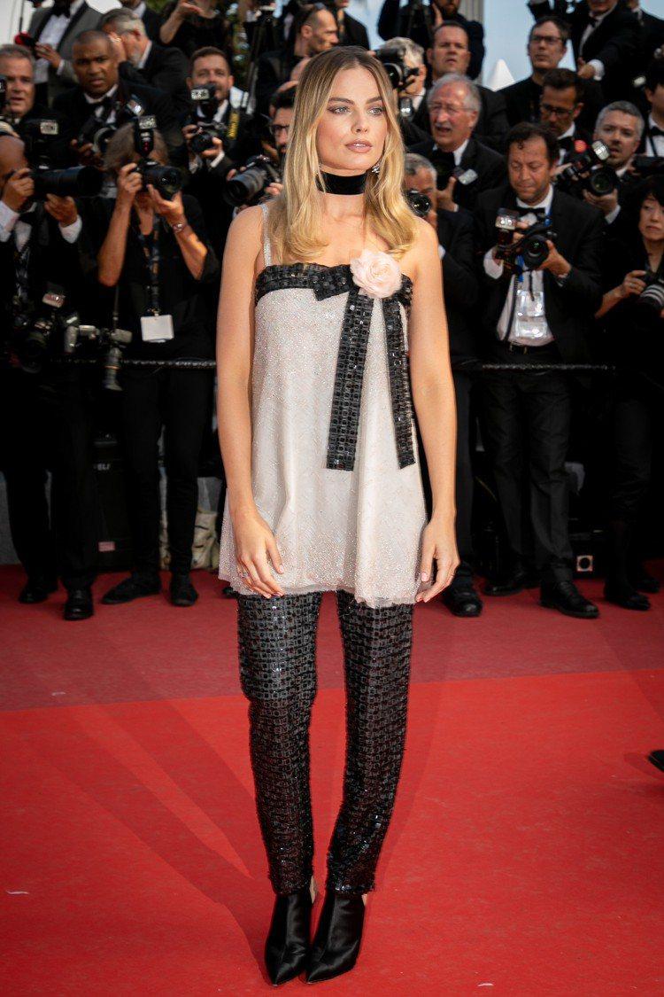 香奈兒品牌大使瑪格羅比出席主演電影《從前,有個好萊塢》首映會穿著香奈兒高級訂製服...