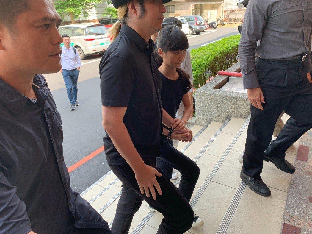 童星于卉喬(喬喬)一身黑衣牽手喬爸,出席媽媽告別式。記者陳慧貞/攝影