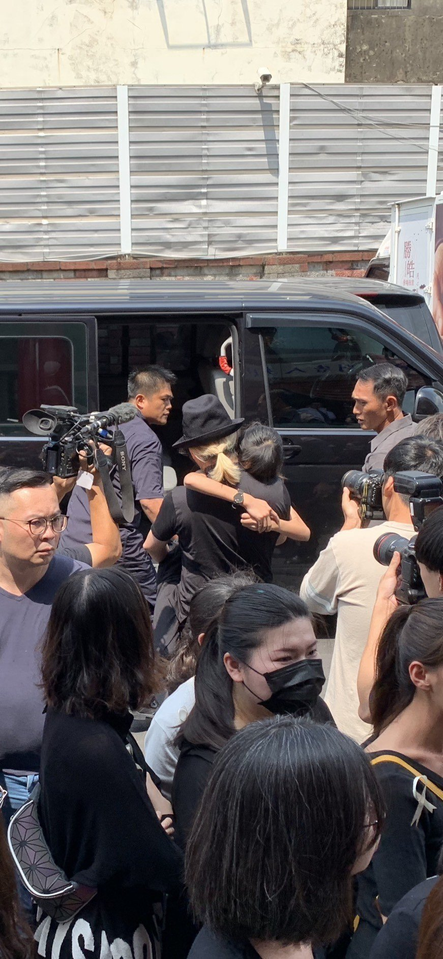 喬爸抱著喬喬離開告別式現場。記者陳慧貞/攝影