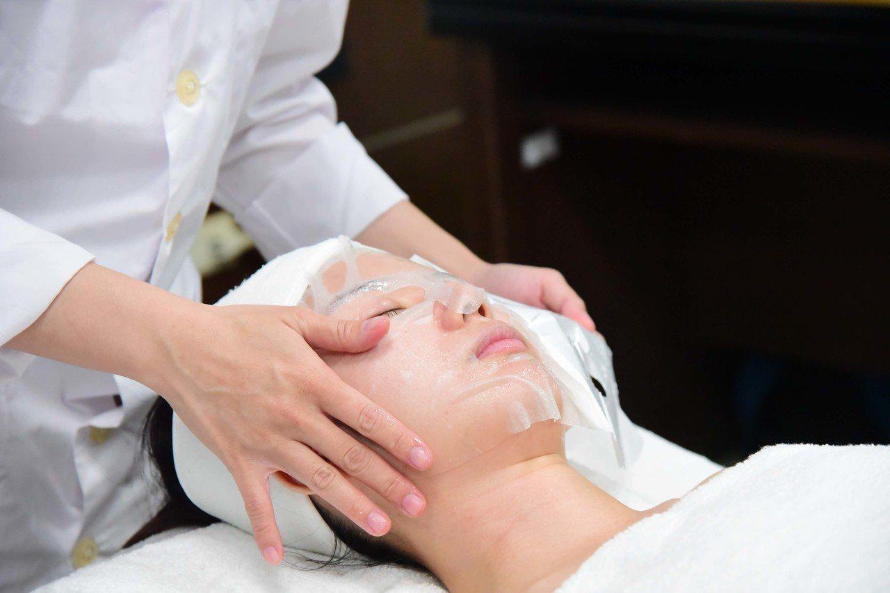 時尚系師生現場體驗小葉蕨藻安膚舒緩保濕面膜的效果。圖/屏科大提供