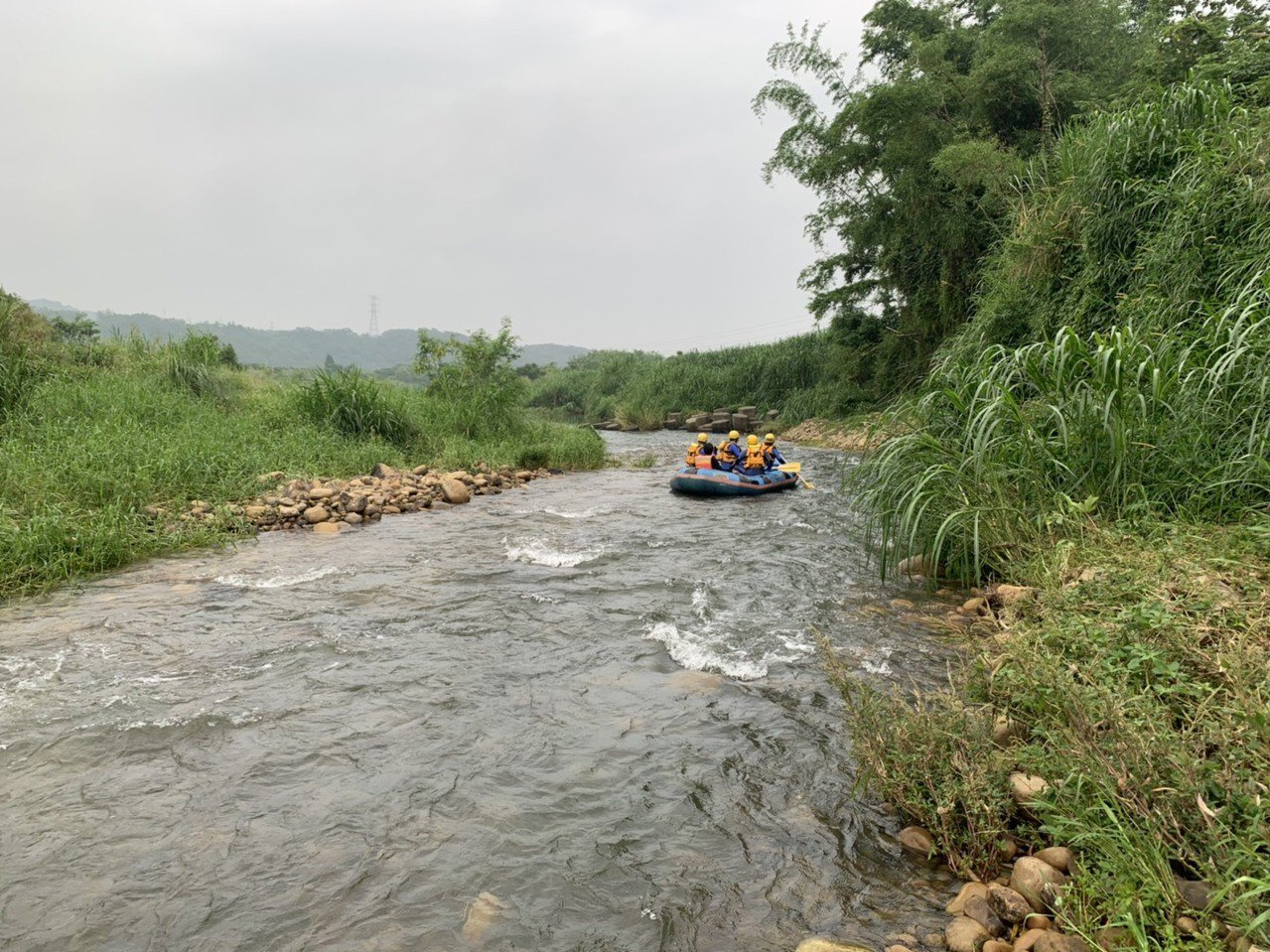 周姓女釣客在西湖溪失蹤,苗栗縣消防局進行搜救,清晨尋獲遺體。圖/苗栗縣消防局提供