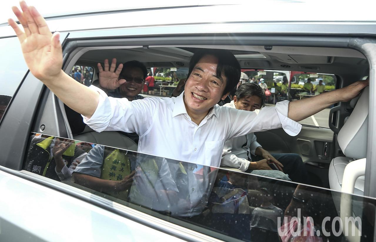 行政院前院長賴清德參加彰化西瓜節活動,向民眾揮手致意。記者黃仲裕/攝影