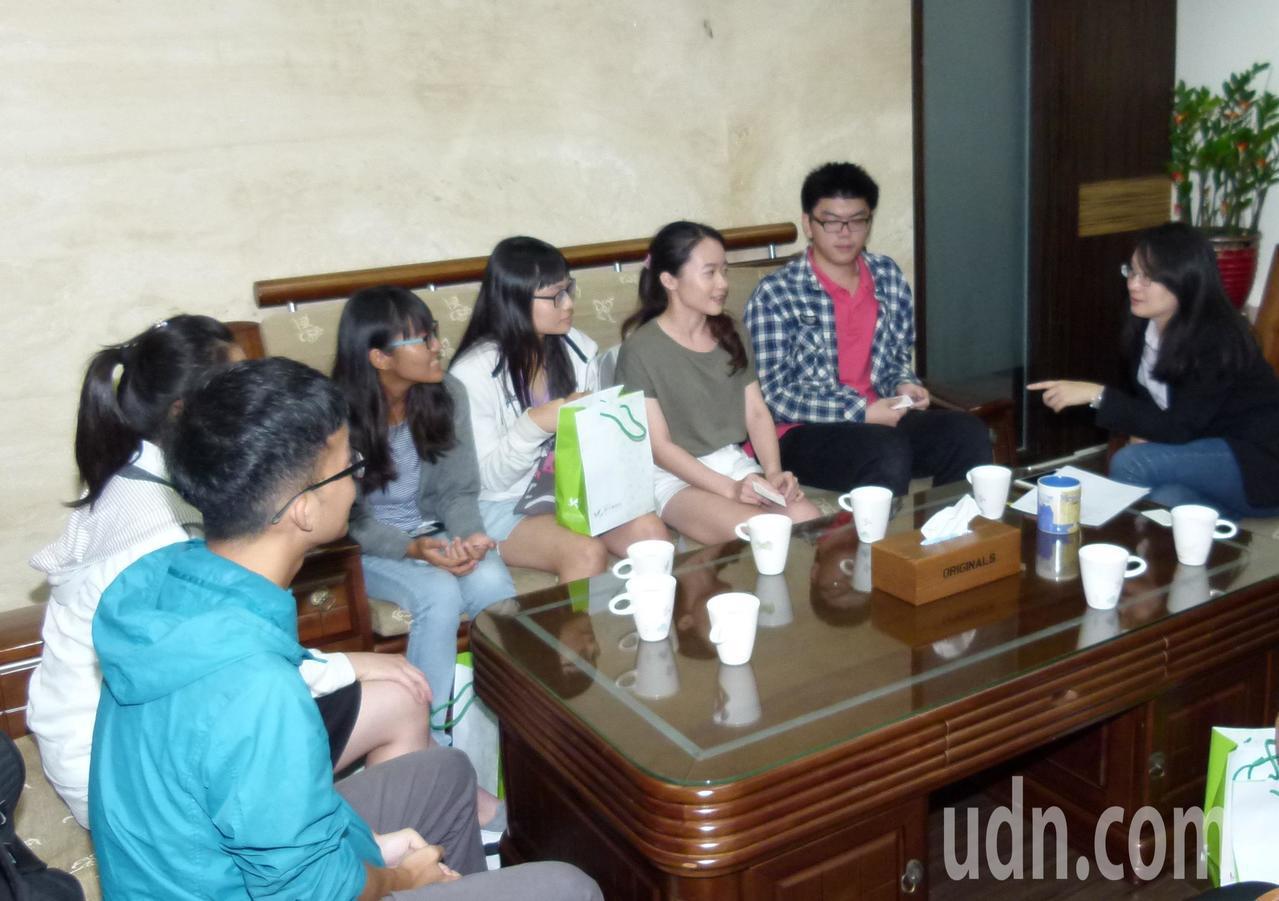 青年局長顏蔚慈(右)約6人到當面加油打氣,肯定他們爭取參加國際大賽的勇氣和才能。...