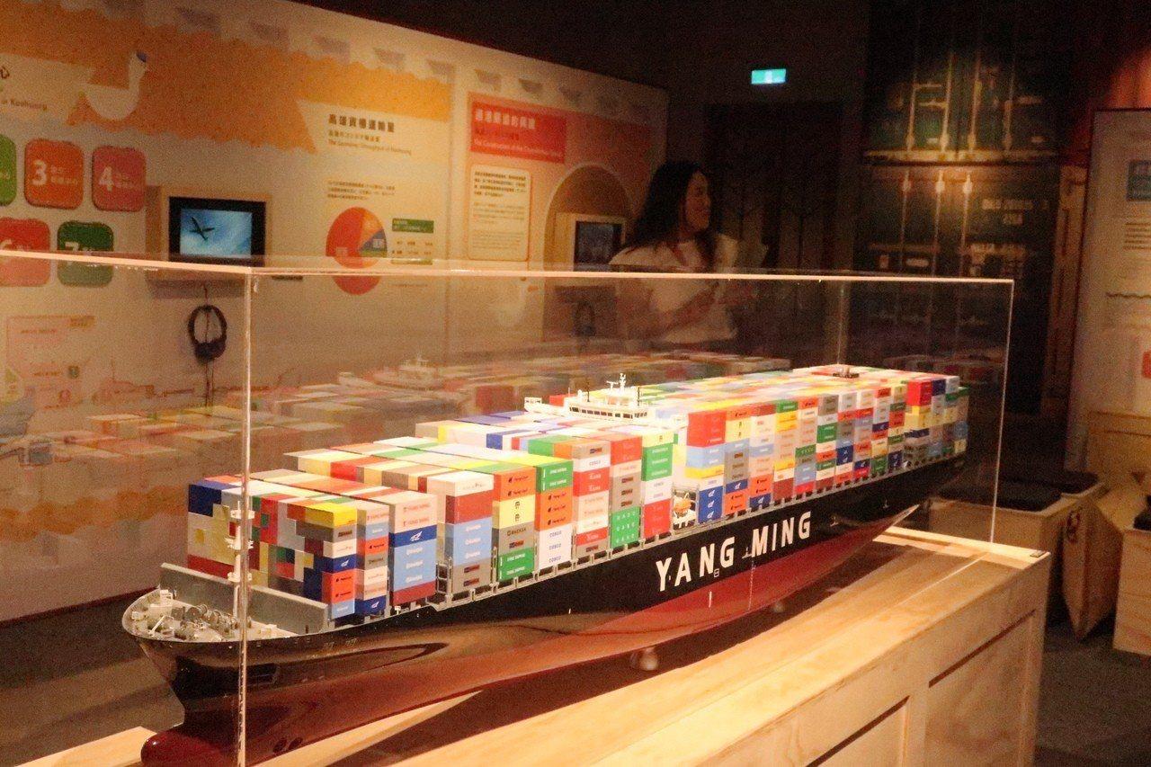「奇蹟的箱子—高雄貨櫃海運50年特展」配合老照片、貨櫃船模型和碼頭機具模型等展品...