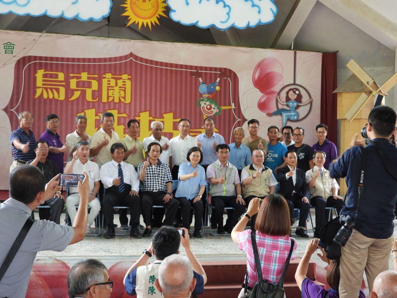 總統蔡英文(第一排左五)上周走訪台南,台南議長郭信良(第一排左三)陪同。本報資料...