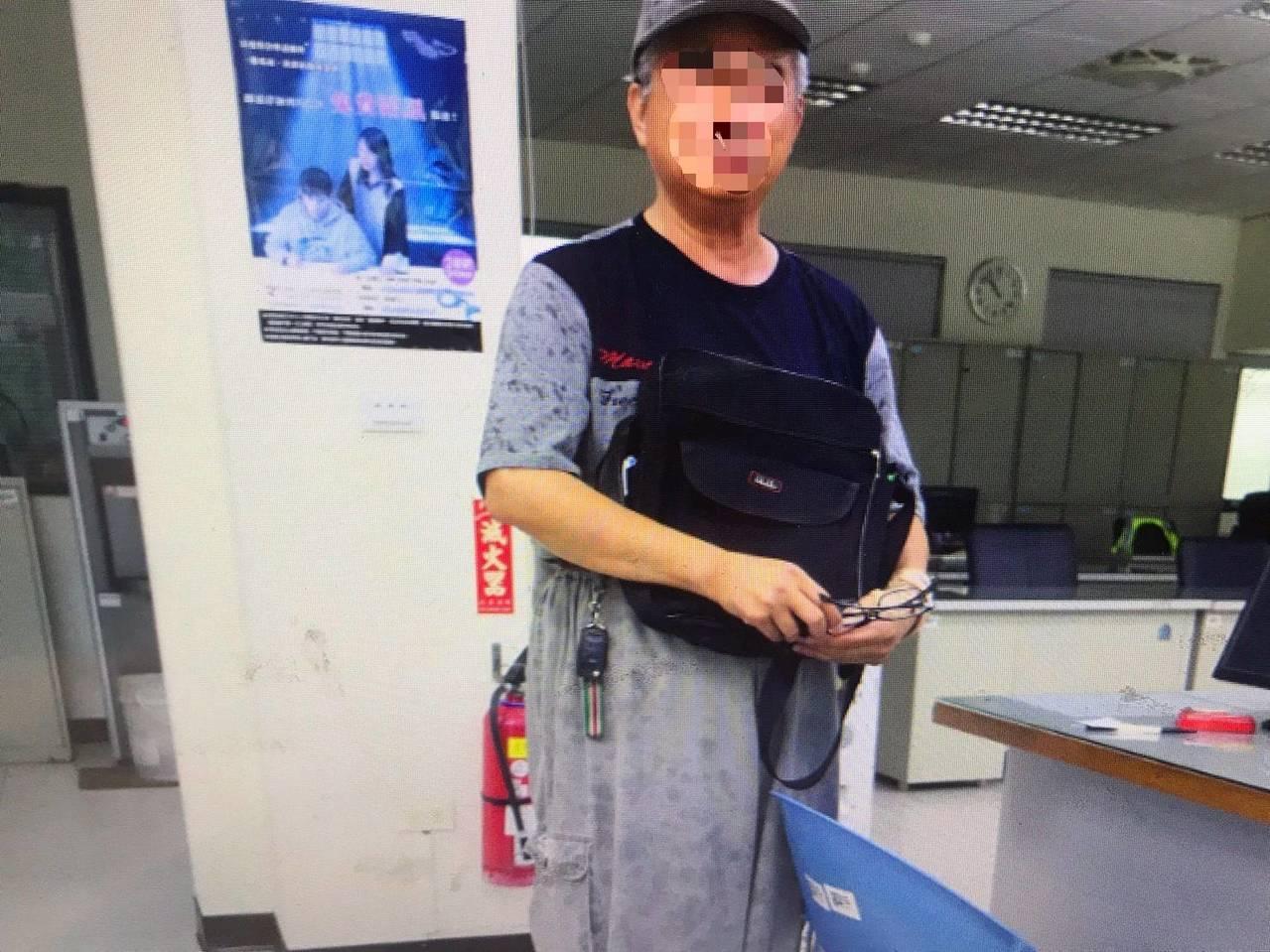 桃園市一名老婦搭計程車在後座位撿到遺失包包,趕緊送到派出所,沒想到警方調監視器追...