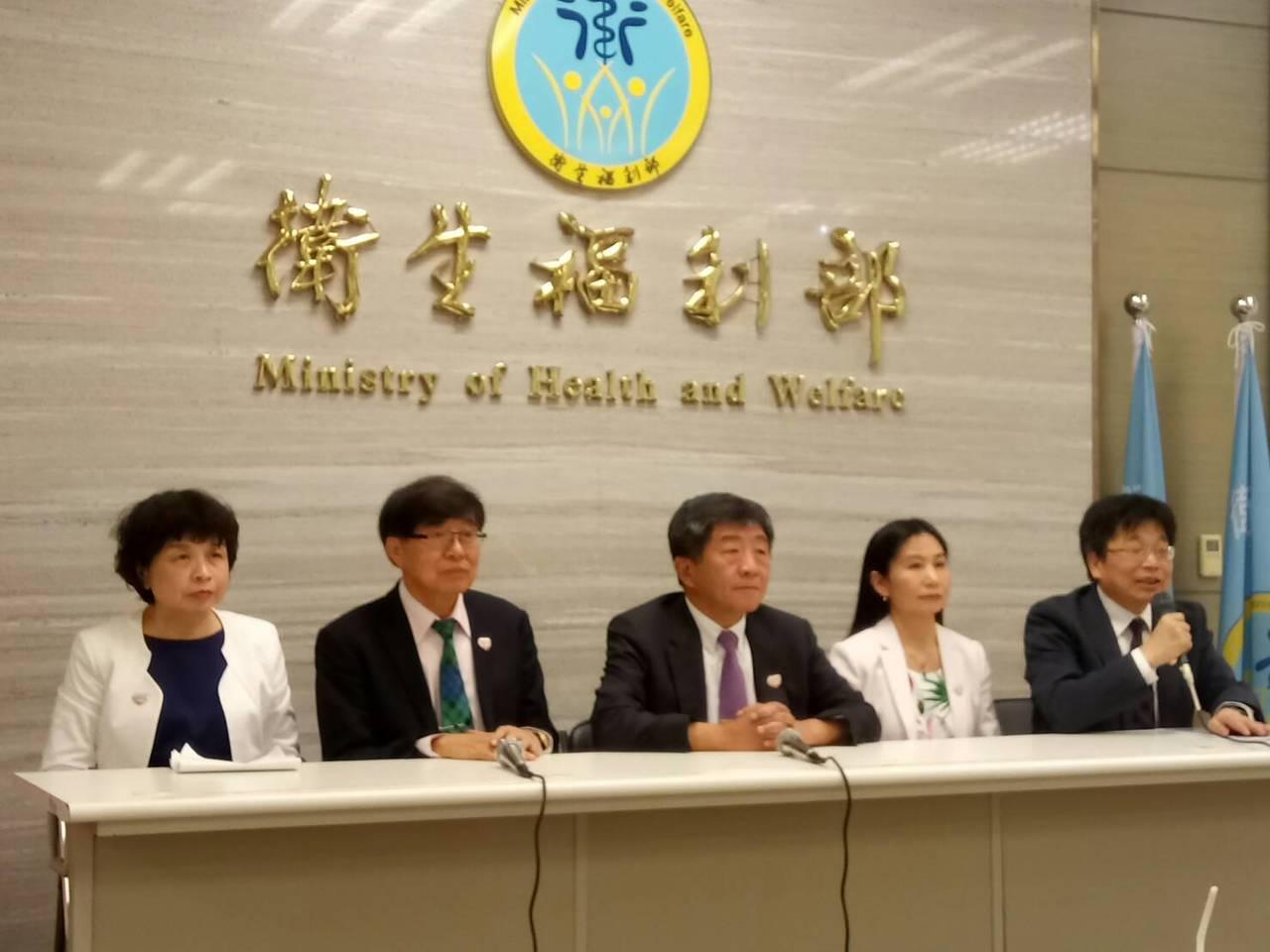 衛生福利部長陳時中(左三)第3年率「世衛行動團」至日內瓦為台灣發聲,6天時間內進...