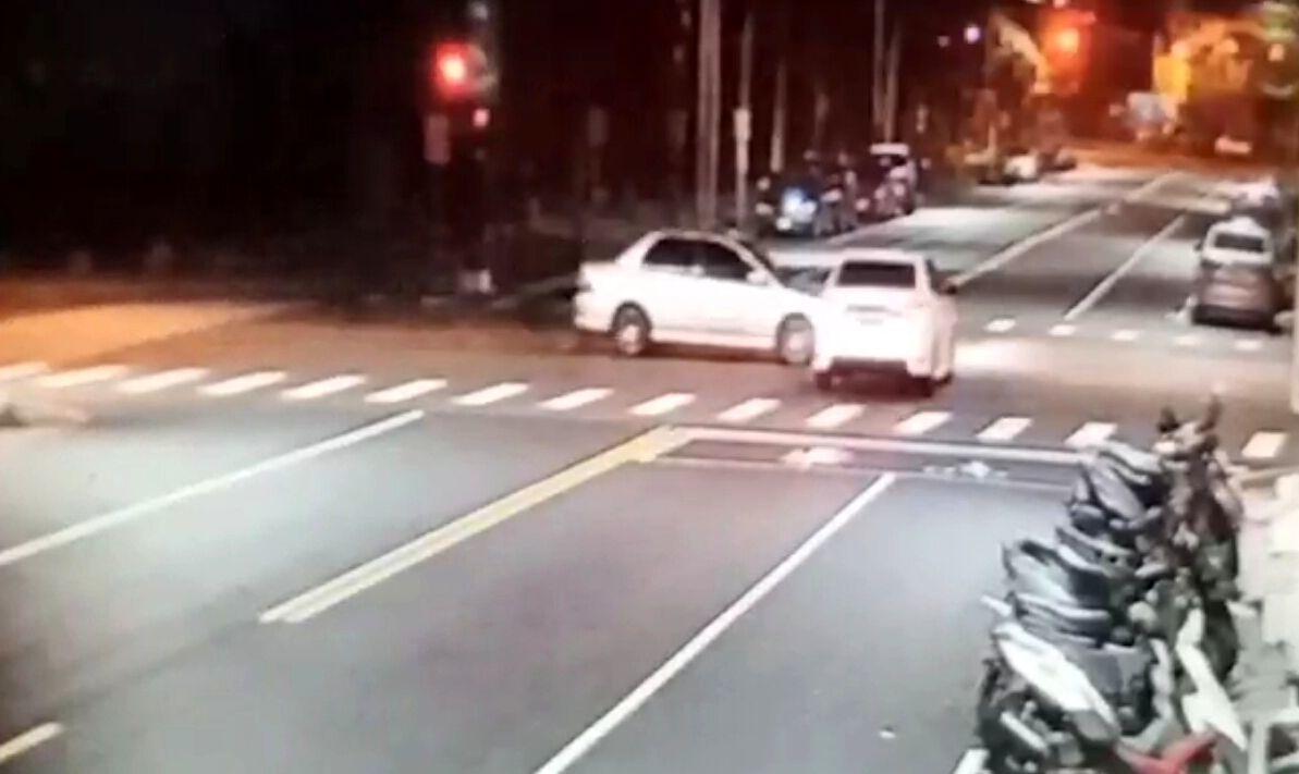 周姓、陳姓2男子的轎車立刻在路口撞上。記者林保光/翻攝