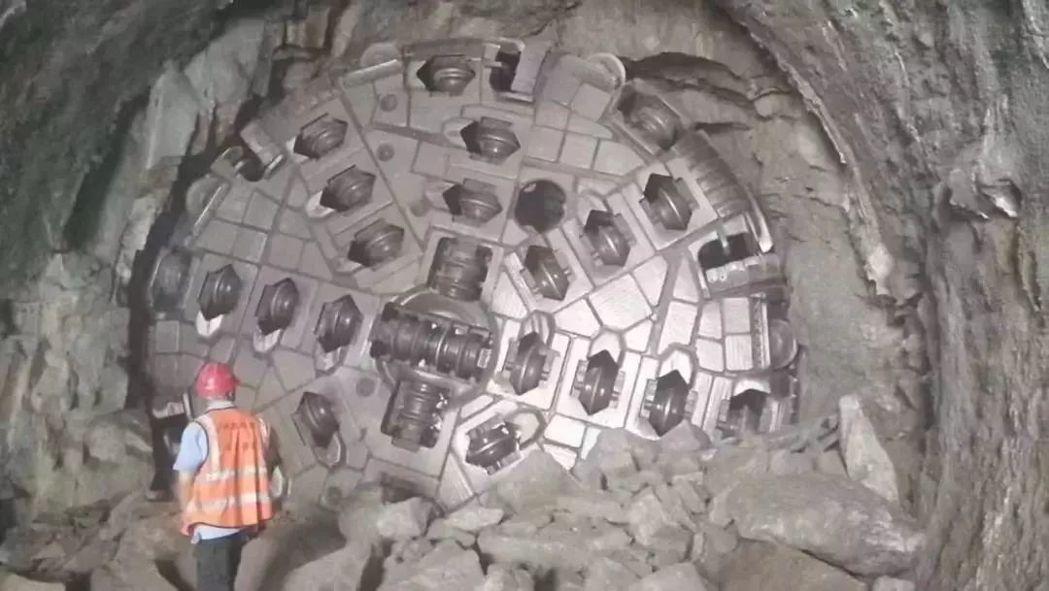 開挖隧道的開路先鋒「國產盾構機」,有鋼鐵穿山甲稱號。取自觀察者網