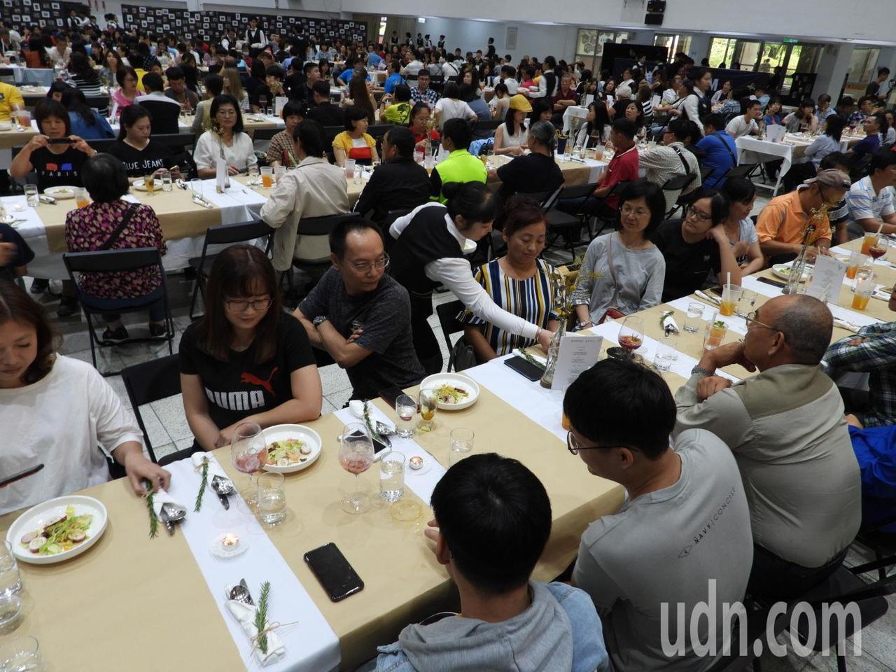 嘉南大學餐旅系今開「永續餐桌」,邀請師長與家長品嘗。記者周宗禎/攝影