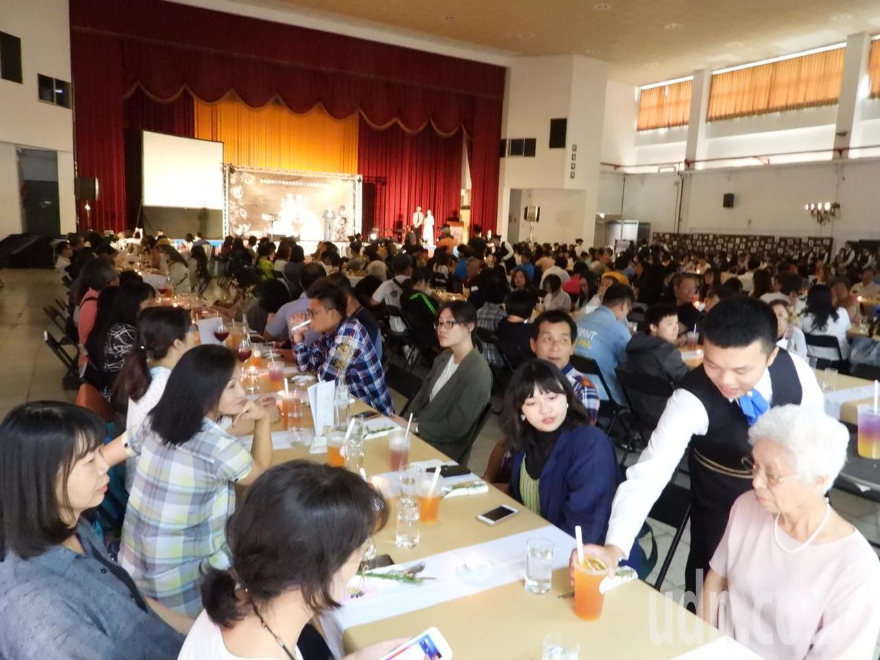 嘉南大學餐旅系今開「永續餐桌」,創意令出席家長驚艷。記者周宗禎/攝影