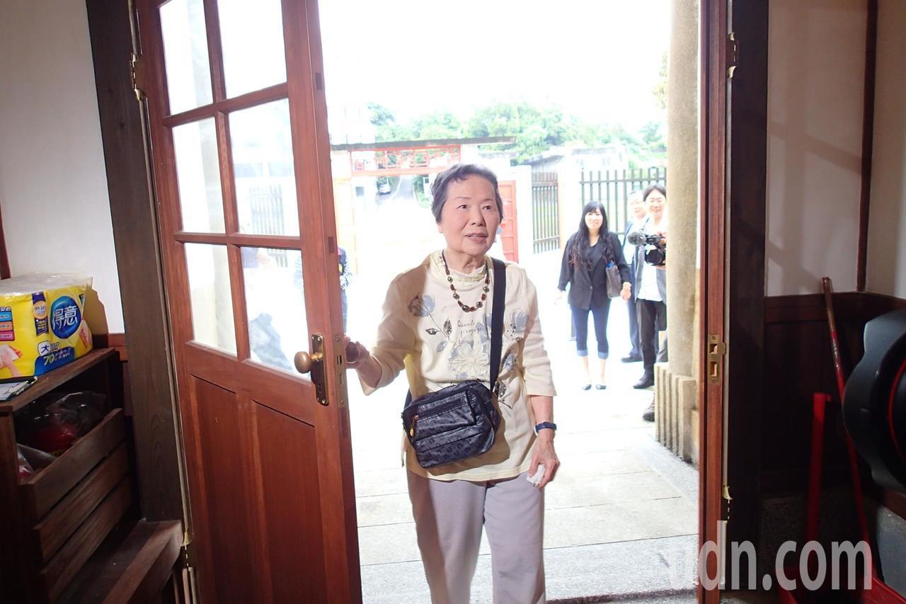 谷口女士推開木門瞬間。記者余衡/攝影