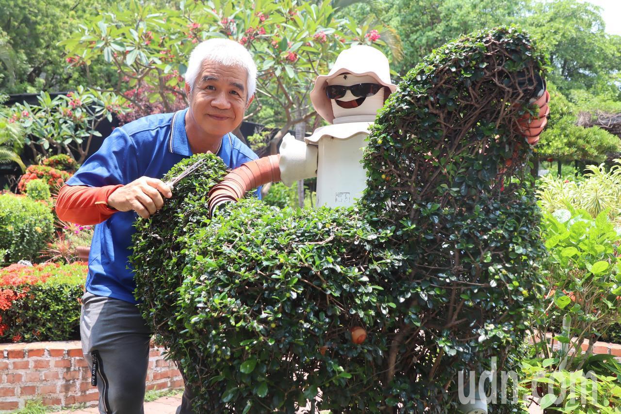 成功特殊教育學校技工吳清宗,將樹木修整成可愛動動。記者徐如宜/攝影