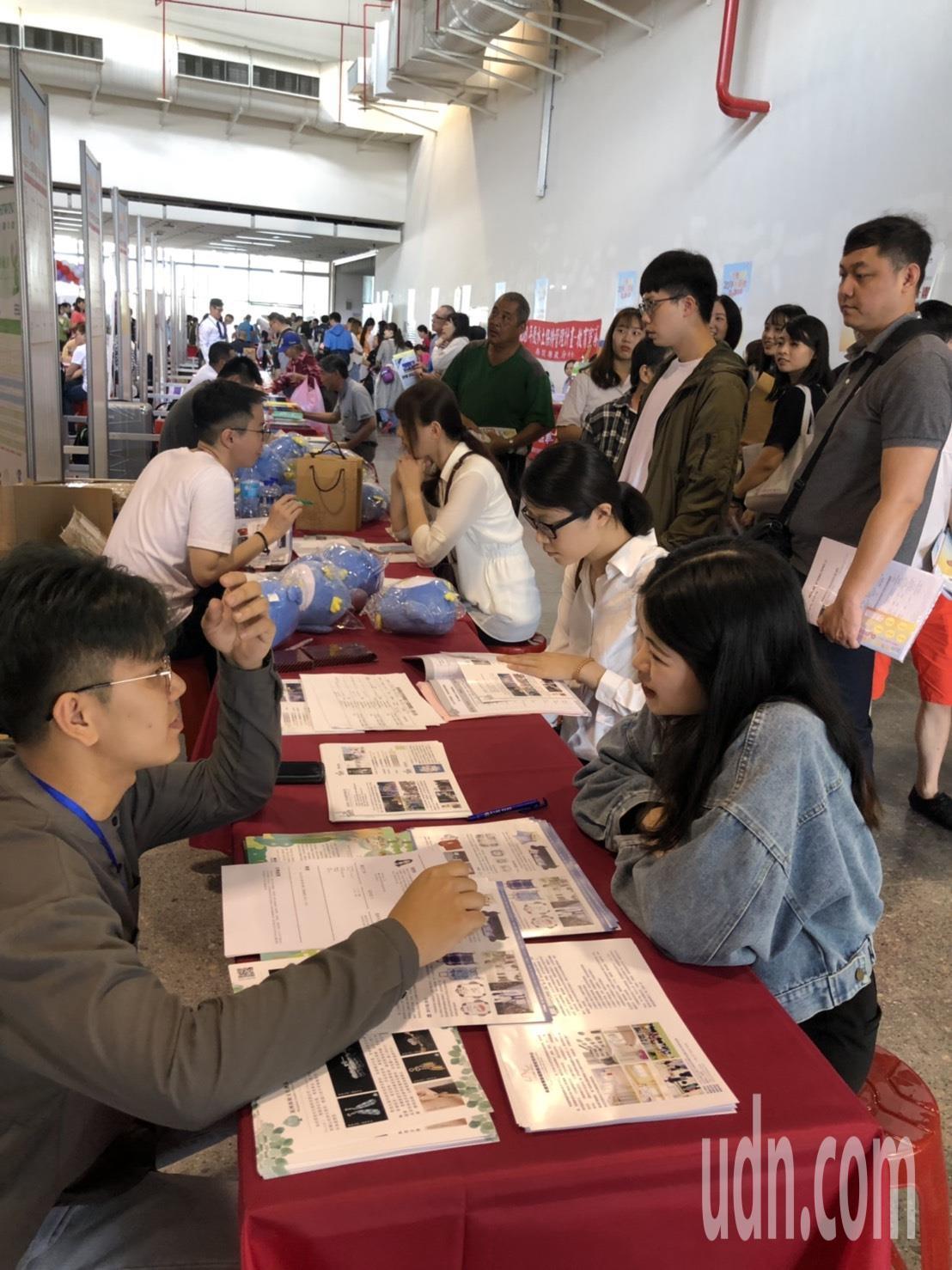 南投縣就業博覽會今天登場,吸引許多民眾前往求職,除了提供6000個職缺,浙江台商...