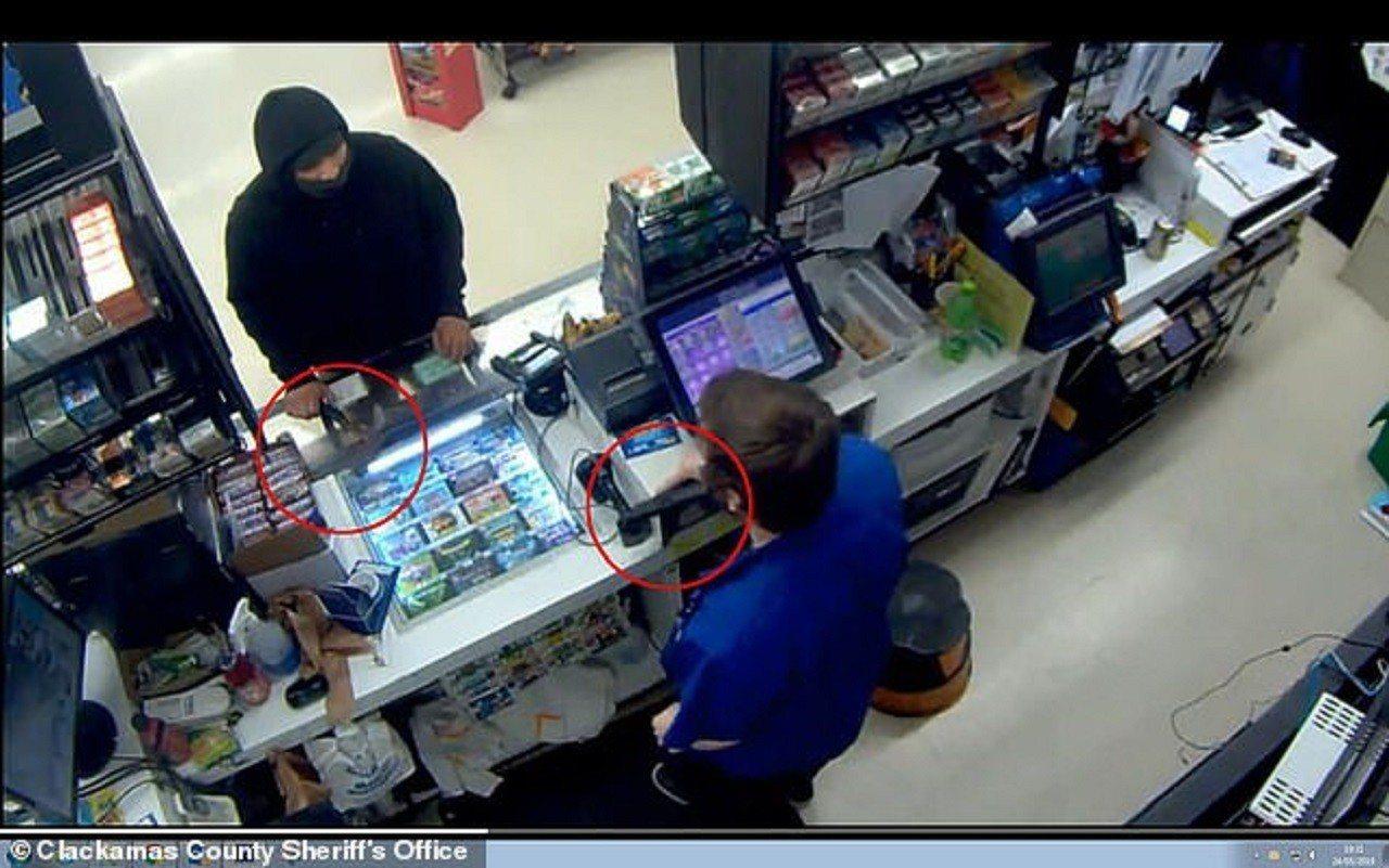 美國奧勒岡州波特蘭一間便利商店4月底遇到搶匪意圖持斧(左紅圈)搶劫,卻被持有隱蔽...