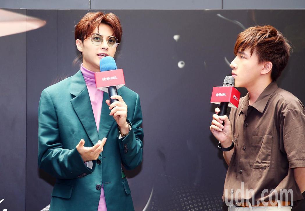 王子邱勝翊(左)今天下午舉行《Prince Stare》新書發表會,與歌迷分享他