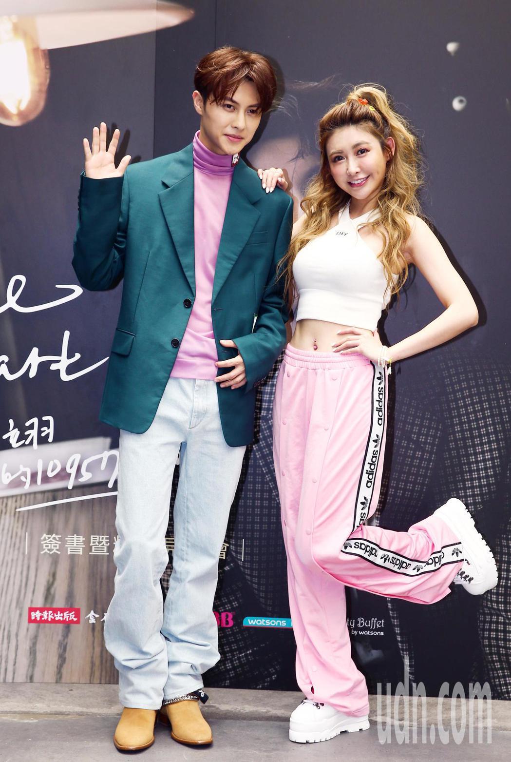 王子邱勝翊(左)舉行《Prince Stare》新書發表會,與歌迷分享他入行以來...