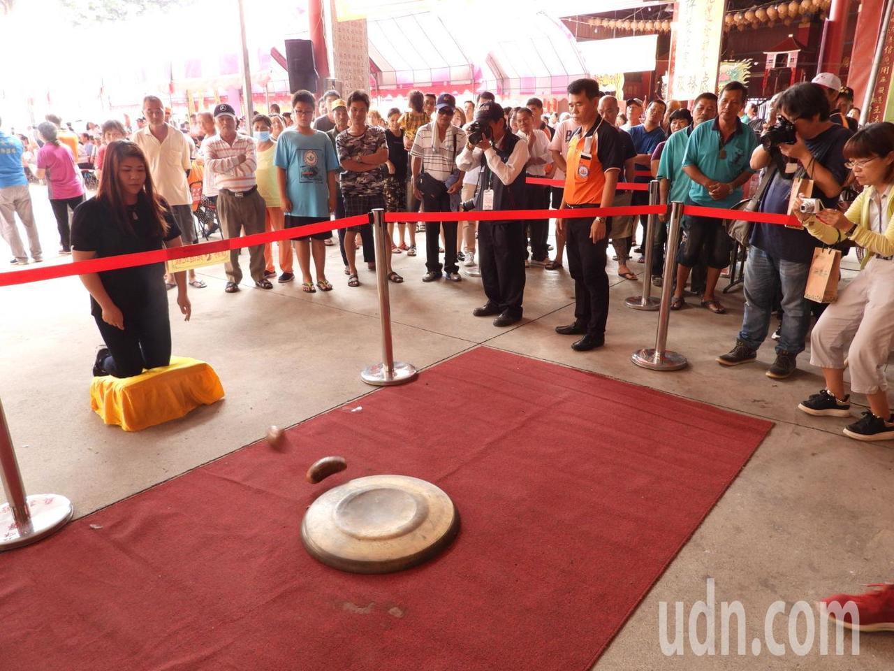 第一代天府真護宮舉辦擲筊領發財金活動。記者周宗禎/攝影