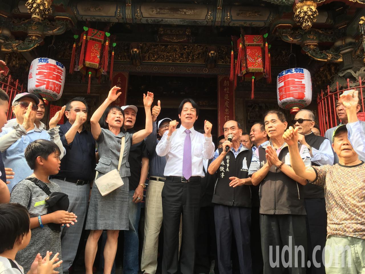 行政院前院長賴清德今天下午到雲林北港朝天宮參拜,受到支持著熱情歡迎。記者陳雅玲/...