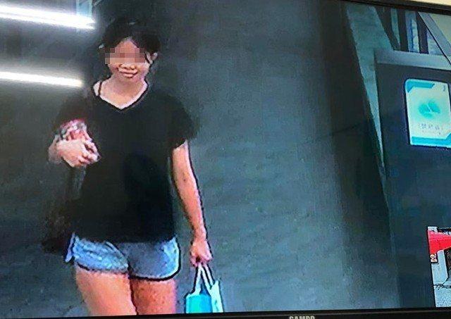 瘖啞的鍾女多次偷竊汽車美容廠內物品,偷到手離開時還笑容滿面。圖/翻攝自汽車美容廠...