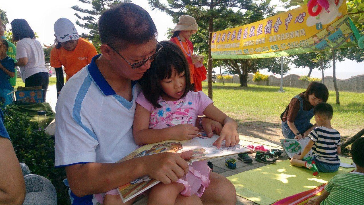 家長蔣先生溫馨的唸繪本給小朋友聽,留下親子共讀的美好回憶。圖/高市圖林園分館提供