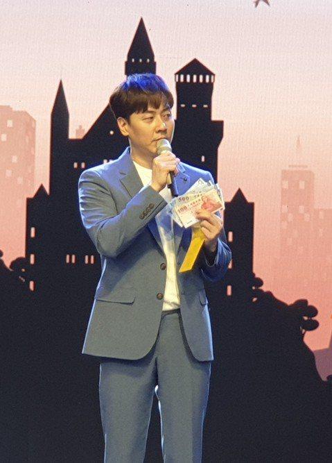 韓國長青男團「神話」老么成員Andy 25日在大直ATT SHOWBOX舉辦公益見面會,因為活動以「囍愛」為題,主辦單位紅心字會特地將場地佈置成喜宴會場,在下午的記者會上讓Andy吃辦桌、拿紅包,光...