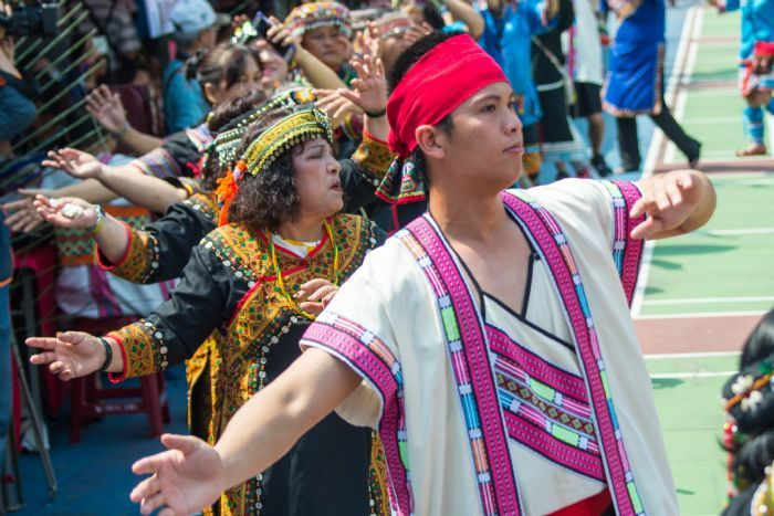 大家穿上布農族傳統服裝,讓射耳祭有著濃郁的文化味。圖/桃園市政府新聞處提供