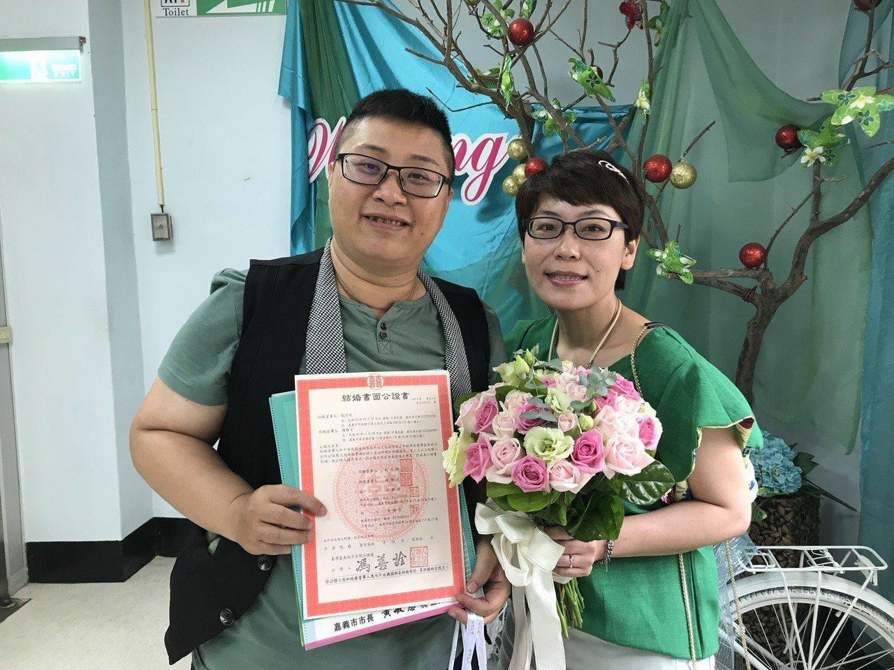 嘉義市民劉乃綺(左)和楊雅茨(右)交往9年,今天在友人陪同下完成公證和登記結婚。...