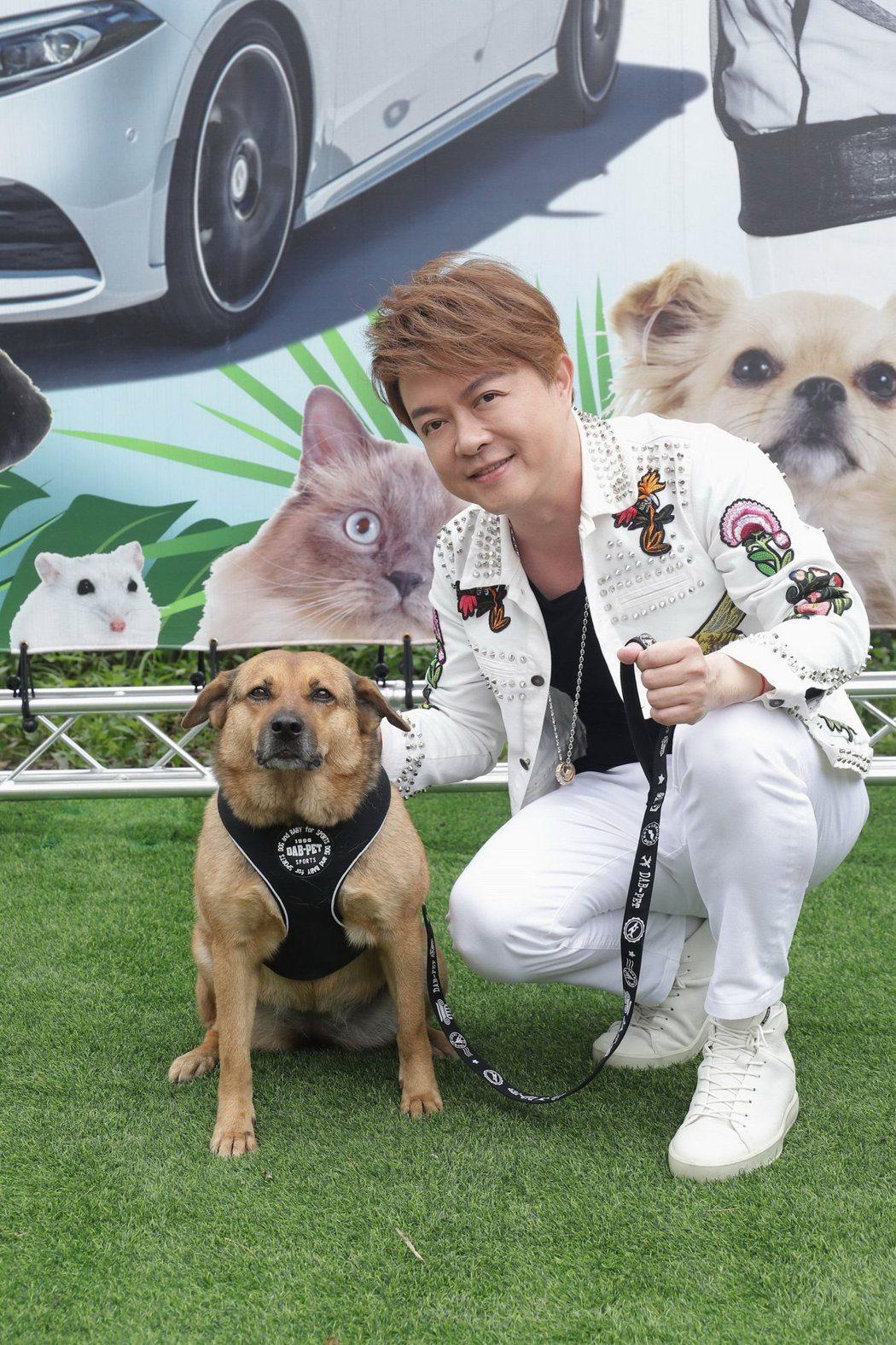 翁立友擔任動物公益大使,捐出6台寶貝專車。圖/豪記唱片提供