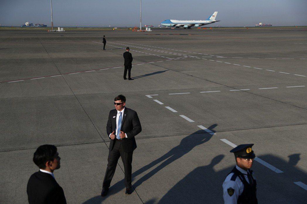 空軍一號25日飛抵東京羽田機場。路透
