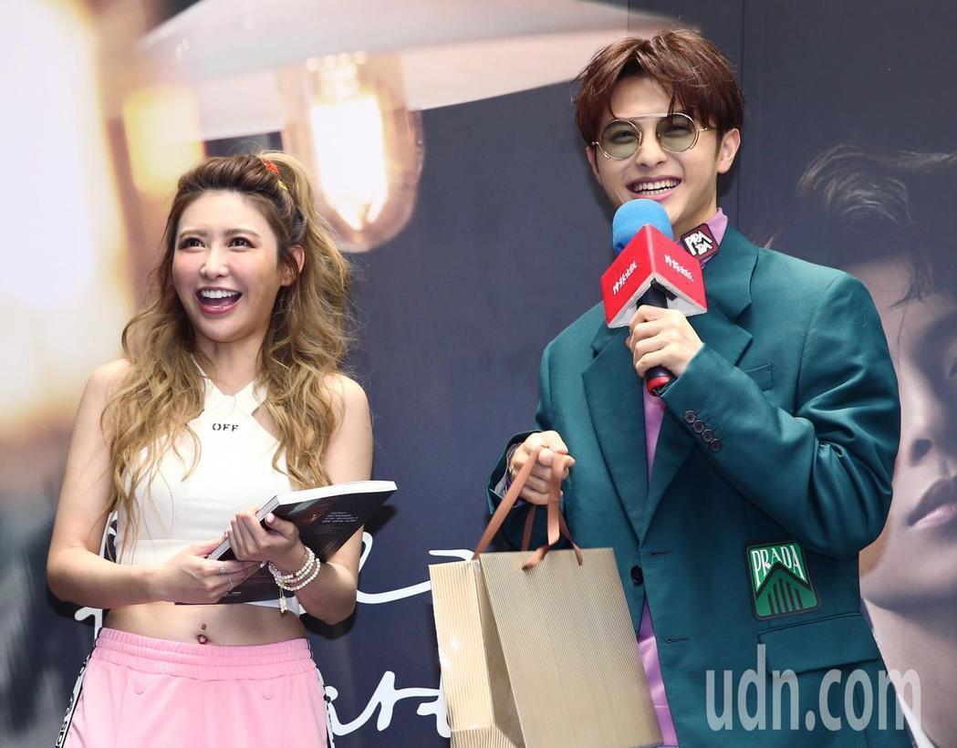 王子邱勝翊(左)今天舉行《Prince Stare》新書發表會,邀請好友愷樂(右...