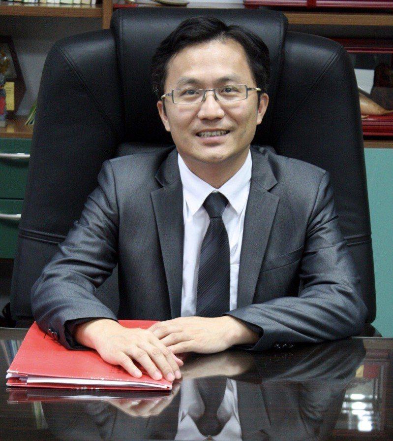 和平高中校長陳智源今天下午轉任北一女成功,他也是北一女建校百年,自1945年光復後,74年來第一位男校長。圖/台北市教育局提供