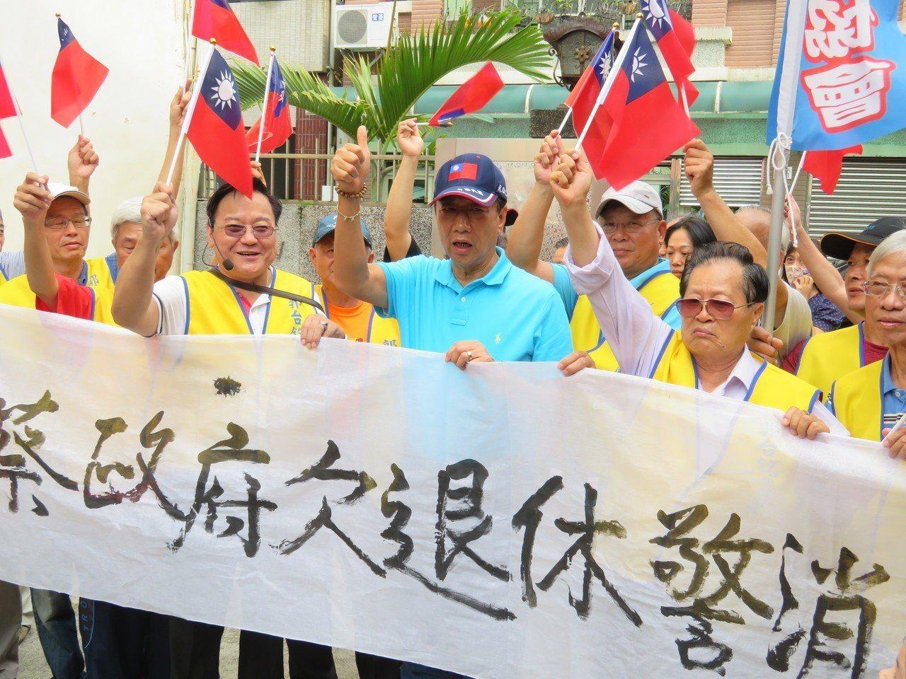 郭台銘抵達檜村,嘉義市退休警察協會陳情表達支持,郭說,他是警察子弟,一定找回警察...