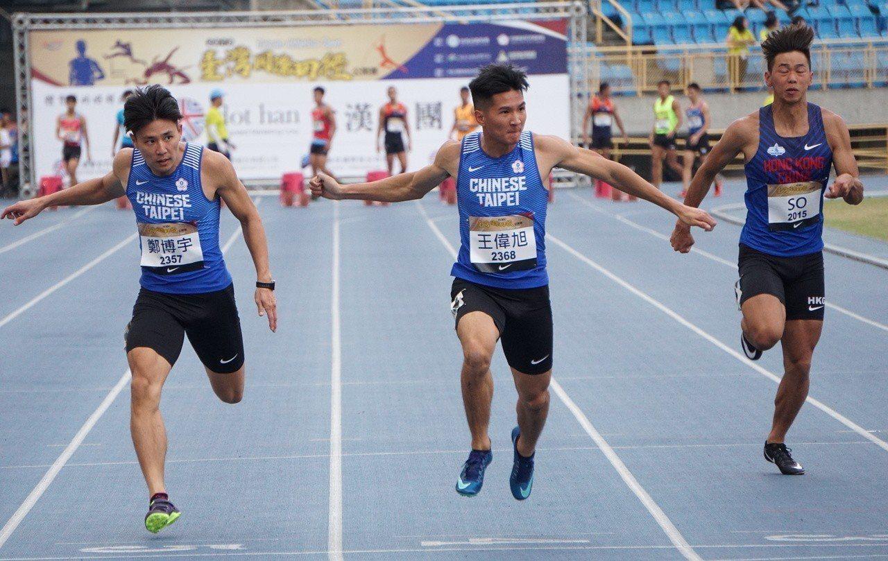 王偉旭(中)跑出平個人最佳的10秒34晉級決賽。記者劉肇育/攝影