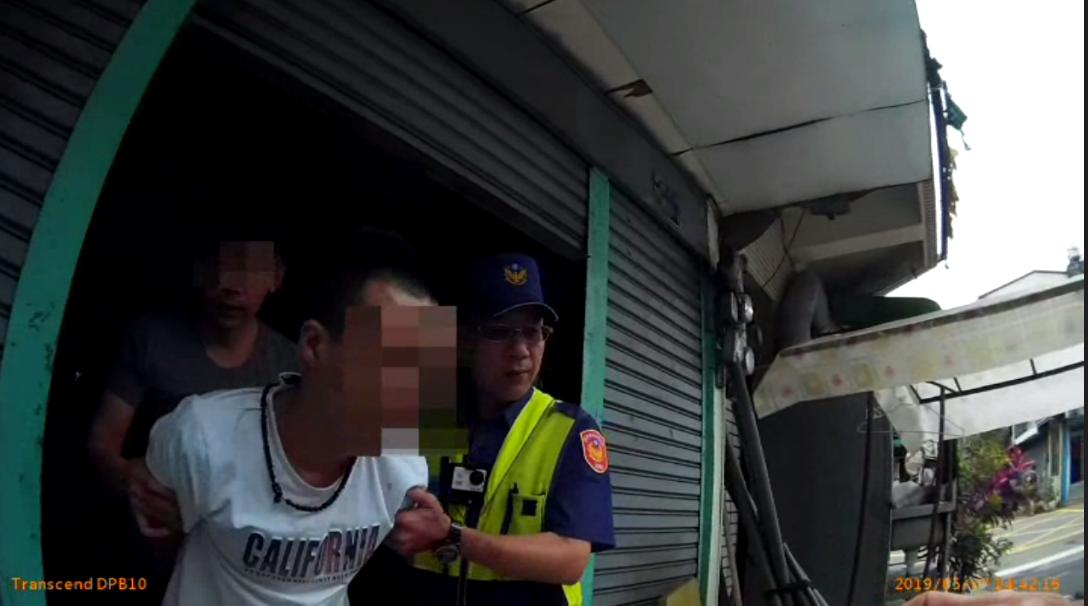 姚男(白衣者)遭地檢發布詐欺、毒品通緝,警匪追逐不到百米就被警方制伏。記者林佩均...