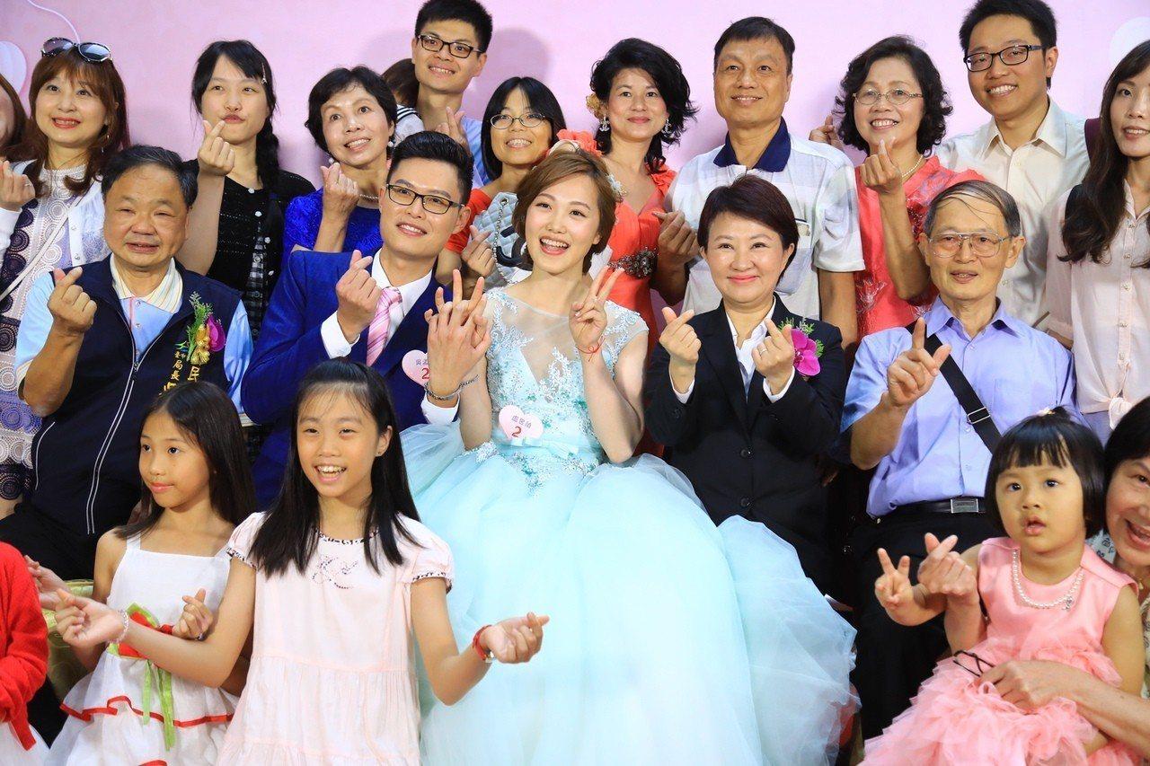 台中市辦市民暨公教人員聯合婚禮,一共有50對新人報名參加,甜甜蜜蜜。記者喻文玟/...