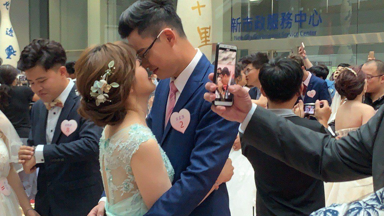 台中市辦市民暨公教人員聯合婚禮,一共有50對新人報名參加,市長盧秀燕「規定」新人...