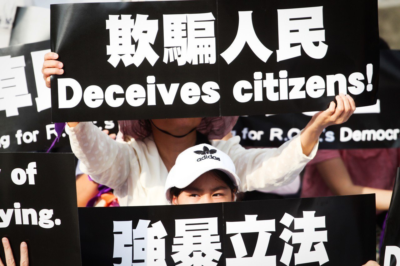 坑殺公投 反同團體發動「紫絲帶運動」:罷免蔡英文