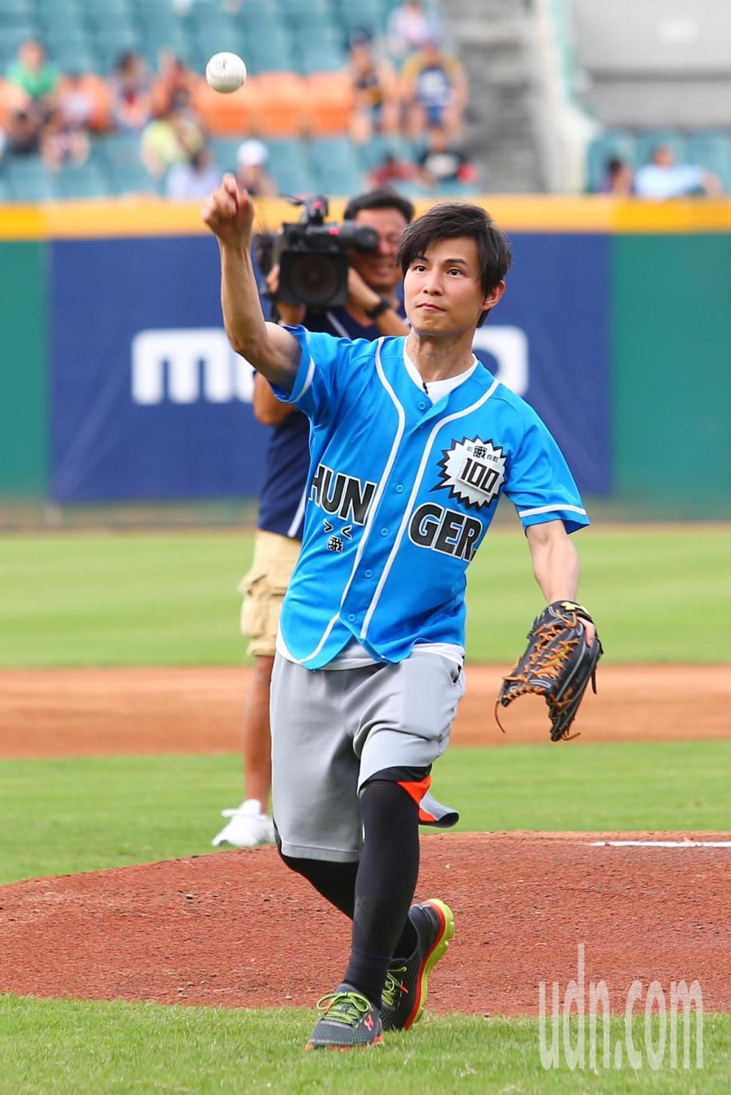 節目飢餓遊戲到球場取景拍攝,主持人孫協志擔任開球嘉賓。記者王騰毅/攝影