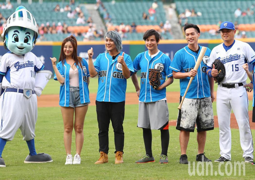 節目飢餓遊戲到球場取景拍攝,主持人王仁甫(左二起)、孫協志、許孟哲擔任開球嘉賓。...