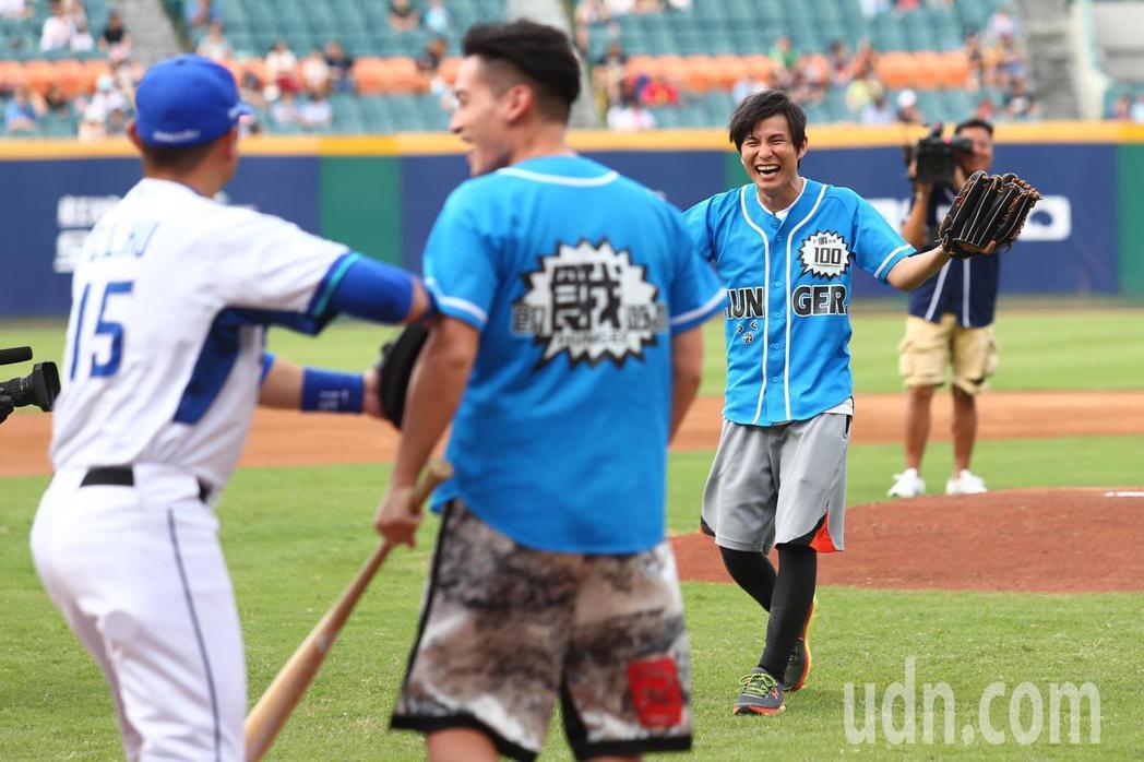 節目飢餓遊戲到球場取景拍攝,主持人王仁甫、孫協志(右)、許孟哲(中)擔任開球嘉賓