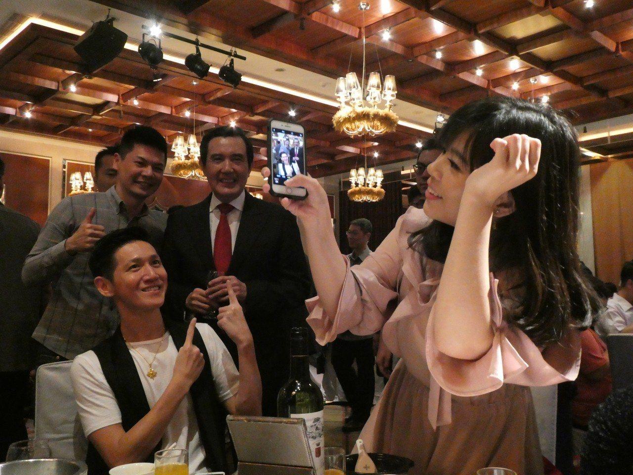 國民黨總務室主任陳澂中午在台北娶媳婦,前總統馬英九也出席致意,高人氣在婚禮現場引...