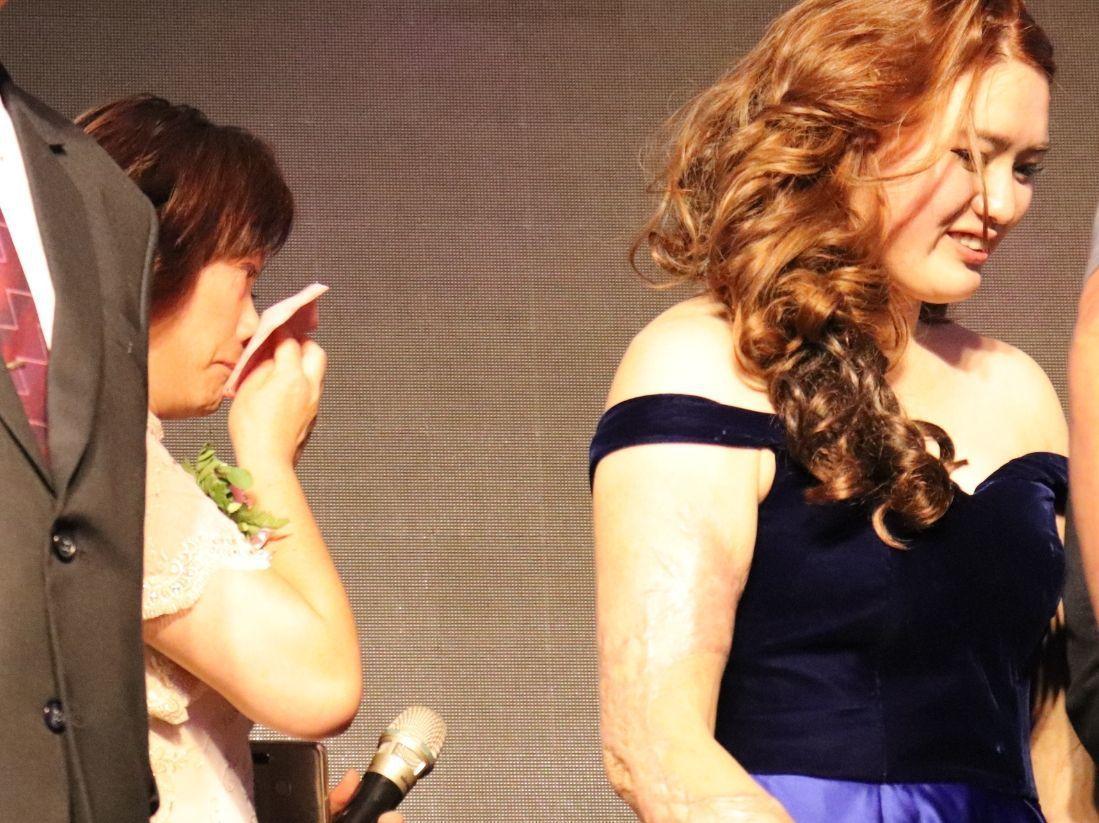 黃家慧的媽媽(左)看到女兒自八仙意外事件後一路走來,最後找到伴她一生的人,不禁開...
