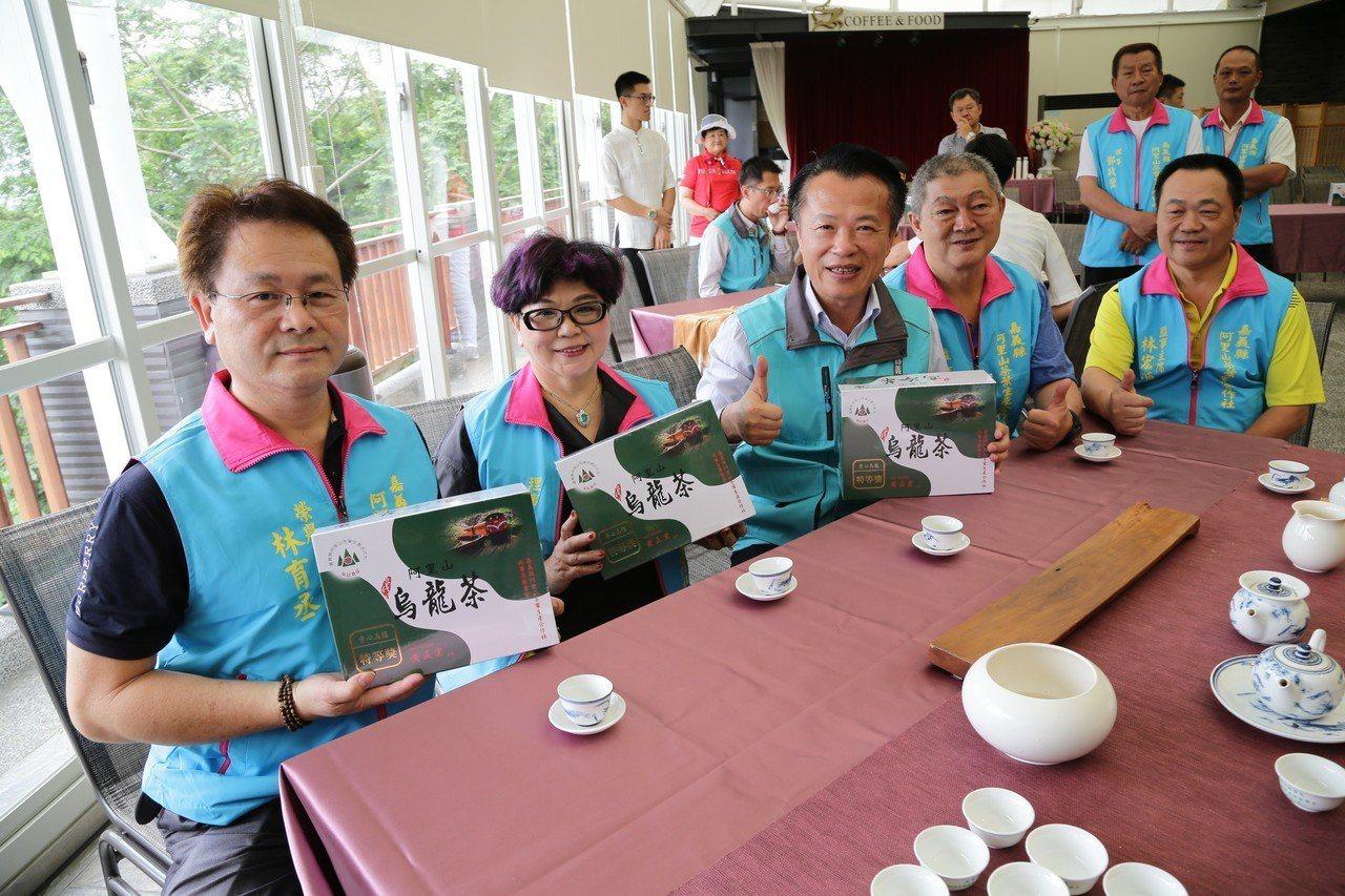 縣長翁章梁(左三)表示,阿里山高山茶是優質的金字招牌,在國內外市場,都有很高的評...
