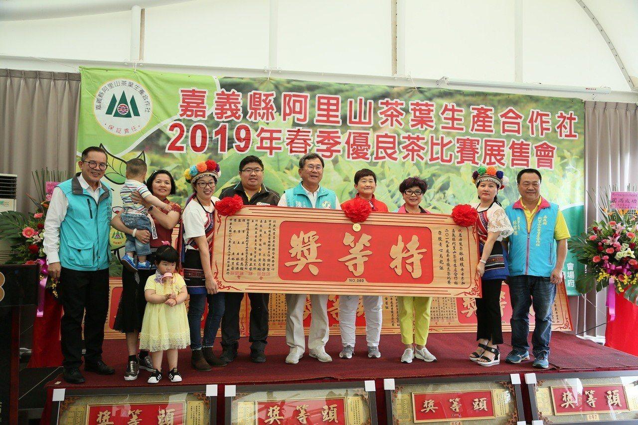 烏龍組特等獎名峰製茶林桂枝。記者謝恩得/攝影