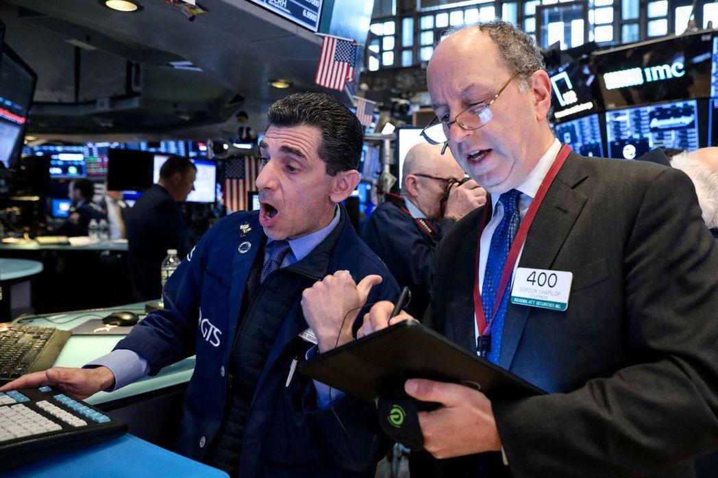 從美債受到追捧來看,投資人不敢篤定美股已跌近底部。路透