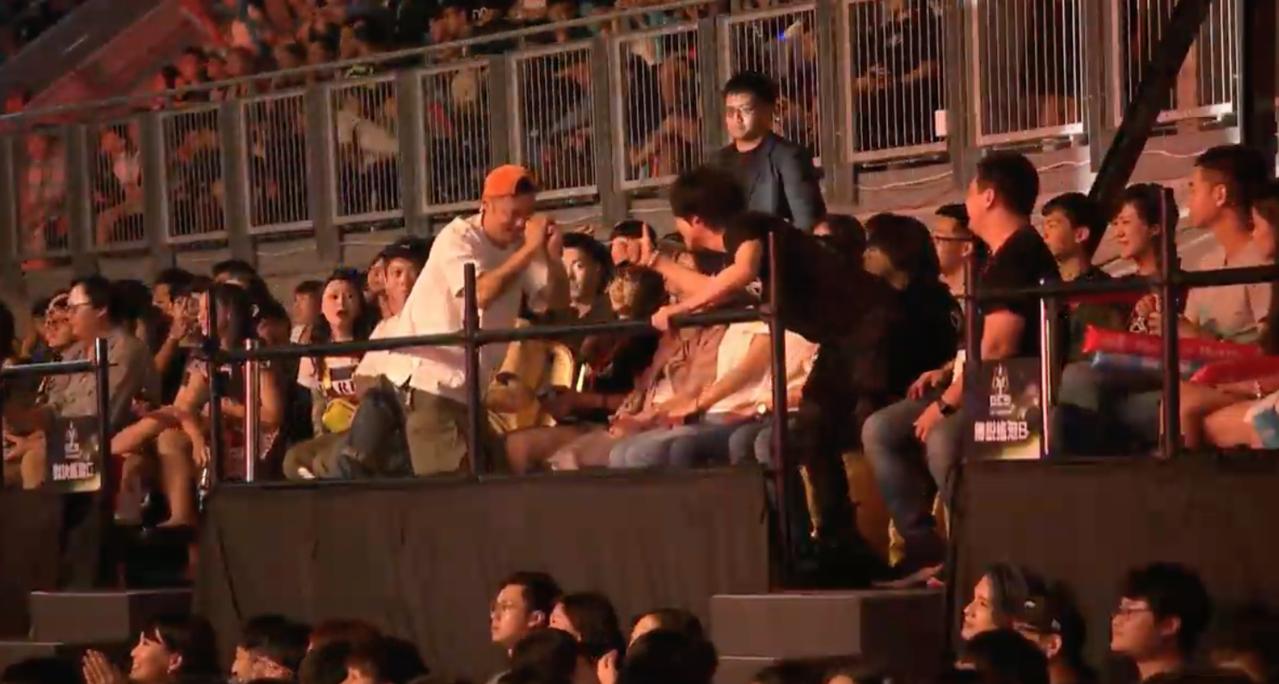 余文樂的隊伍拿下總冠軍,怪獸主動握手致意。圖/摘自YouTube